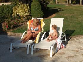 Discussion bord de piscine
